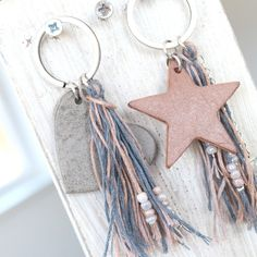 Prachtig leer is helemaal hot voor het komende seizoen! Maak nu trendy boho si… Nice leather is totally hot for the upcoming season ! Make trendy boho jewelry with our DQ leather tags Leather Jewelry, Leather Craft, Boho Jewelry, Jewelry Crafts, Jewellery, Pendant Jewelry, Diy Keychain, Leather Keychain, Keychains