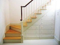 Handige opberglades onder de trap. Dat is slim bedacht. De ruimte onder de trap wordt normaal vaak niet slim gebruikt, maar hier wel. Door er mooie lades te (laten) maken, ziet het er mooi uit terwijl je wel heel veel spullen kwijt kunt. ?