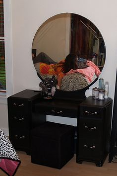 Art Deco dressing table with great mirror in black chalk paint. Art Deco Dressing Table, Vintage Dressing Tables, Vanity Makeup Rooms, Diy Vanity, Furniture Makeover, Diy Furniture, Desk Makeover, Upcycled Furniture, Vintage Vanity
