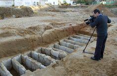 Halladas en Cádiz tumbas púnicas, fenicias y romanas con 300 joyas Imagen de las tumbas descubiertas en Cádiz. - román ríos