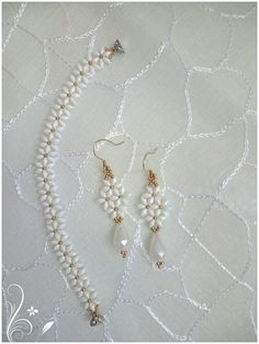 Daisy chain using crystal rounds 4 8 0 or fire polished – Artofit Plastic Earrings, Bead Earrings, Beaded Jewelry, Beaded Necklace, Beaded Bracelets, Jewelry Patterns, Bracelet Patterns, Jewelry Sets, Jewelry Making