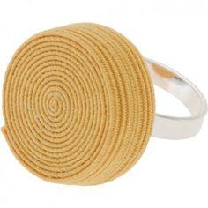 """Der Ring """"Rolly"""" in Gelb vom Label Erste Sahne by Tanja Hartmann bringt auf originelle Art und Weise Farbe an deinen Finger. Der gerollte Gummitwist erinnert spielerisch an die eigene Kindheit. Versandkostenfrei innerhalb Deutschlands"""