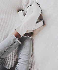 Shoes boots laarzen schoenen heels hakken blokhak white boots witte laarzen jeans spijkerbroek more on fashionchick 31 skinny jeanand ankle boot outfits that we always go back to Sock Shoes, Cute Shoes, Me Too Shoes, White Boots, Dream Shoes, Mode Inspiration, Athleisure, Heeled Boots, Shoes Heels Boots