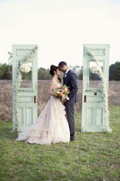 DIY Traualtar Gestaltung-Türen mit Glaseinsatz und Blumen-Girlanden