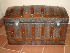 Baúles antiguos y modernos Trunk Furniture, Diy Furniture, Outdoor Buildings, Vintage Trunks, Old Suitcases, Steamer Trunk, Wood And Metal, Decoration, Home Projects