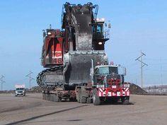 Size does matter! Kenworth heavy haul pulling a Big Hitachi shovel Heavy Duty Trucks, Big Rig Trucks, Heavy Truck, Semi Trucks, Cool Trucks, Kenworth Trucks, Peterbilt, Colani, Custom Big Rigs