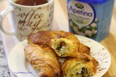 Takie rogaliki warto zrobić na niedzielne, rodzinne śniadanie. Croissanty są chrupiące z zewnątrz i miękkie w środku. Pieczarkowo, serowo, ziołowy farsz smakuje delikatnie i świeżo. Rogaliki te przygotowuje się bardzo szybko. Porcja na 6 rogalików Składniki:   1 opakowanie chłodzonego ciasta na croissanty (średnicy 26 cm) ½ pieczarki portobello ⅓ opakowania sera Arla Apetina z bazylią i oregano 5 świeżych listków bazylii * listki z 1 gałązki świeżego oregano * listki z 1 gałązki ...