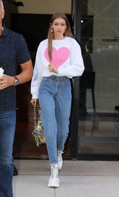 Gigi Hadid Style Discover 10 Gigi Hadid Outfits That You Need To Steal - Want to dress like fashion icon Gigi Hadid? Here are 10 of her outfits that you can definitely steal! 80s Fashion, Look Fashion, Trendy Fashion, Fashion Models, Fashion Outfits, Celebrities Fashion, Retro Fashion Modern, Diy Outfits, City Fashion