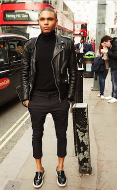 レザージャケットに黒のタートルネックニットをあわせた海外メンズ着こなし