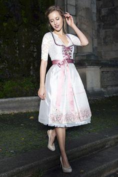 Edel, schlicht und elegant. AlpenHerz Dirndl vereinen Tradition, Mode und Design!  Samt, Spitze, Schmuck. Auch als Hochzeitsdirndl sorgt dieses Model für den unvergesslichen Look. https://www.alpenherz.de/shop/hochzeit/damen/