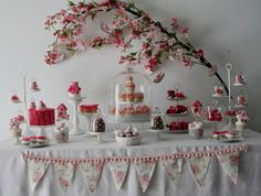 Uma festa linda para celebrar a chegada da primavera! Uma mesa cheia de flores e pássaros, em vários tons de rosa e muita delicadeza. Uma idéia inspiradora, que serve para …