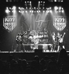 Kiss Pictures, Kiss Photo, Paul Stanley, Kiss Band, Hot Band, Worlds Largest, Rock And Roll, Concert, Classic