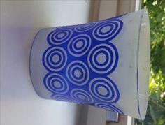 Wer weiß was über dieses Glas? Matt, blauer Überfang, Kreise mit der Hand geschnitten.