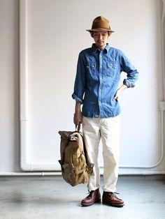 Il est mettre un chapeau et boots brun. Il est mettre un chemise jean et pantalon kaki.