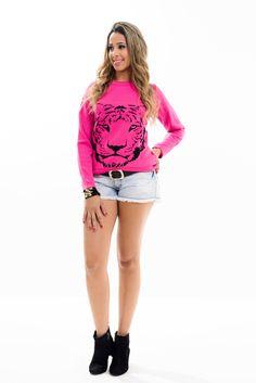 Blusa feminina confeccionada em tricot jacquard com desenho tigre. Modelagem em manga longa e gola arredondada. A cor super alegre deixa o visual com mais personalidade.