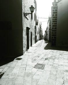 Fragmentos de la urbe 42. #design #graphicdesign #diseñografico #diseño #streetphotography #fotografiadelacalle #picoftheday #fotodeldia #matostudiodesign @matostudio #blackandwhitephotography #blancoynegro #photoshoot https://www.facebook.com/MatostudioDesign/