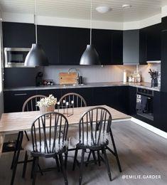 STOR GUIDE & VIDEO - Se hvordan du pusser opp kjøkkenet med kontaktplast!  Perfekt for deg som liker å bytte farger med trendene, har møbler som trenger litt kjærlighet, har lite budsjett eller leier.  www.lindasdekor.no  #lindasdekor #oppussing #inspirasjon #hjem #diy #gjørdetselv #interiør #kontaktplast #selvklebendefolie #folie #dekorplast #kjøkken #kjøkkeninspirasjon #kjøkkenoppussing #kjøkkenskap Conference Room, Table, Furniture, Home Decor, Homemade Home Decor, Meeting Rooms, Mesas, Home Furnishings, Desk
