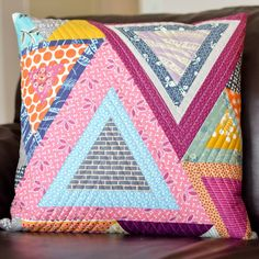Puzzled triangles tutorial - pillows out of that old green quilt top I have? Quilting Tutorials, Quilting Projects, Sewing Projects, Quilting Tips, Patchwork Cushion, Quilted Pillow, Handmade Pillows, Decorative Pillows, Triangle Pillow