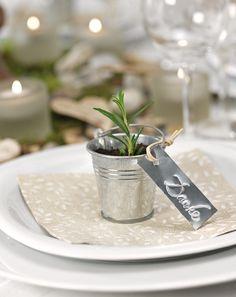 """Geben Sie Ihren Gästen einen kleinen """"Kräutergarten"""" mit nach Hause. Vor Ihrer Hochzeit ziehen Sie Rosmarin-Ableger in kleinen Zinktöpfen."""