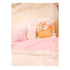 Cupcake pillow - love Gabi's room