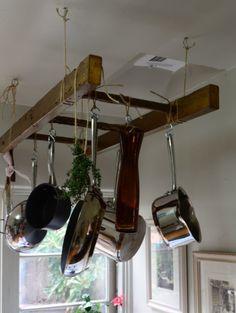 Dernièrement nous vous avons présenté des idées pour recycler des palettes. Dans la même optique, voici des idées pour intégrer des échelles en bois dans votre maison. Elles peuvent devenir un meuble original et très utile en coûtant pratiquement rien. Vous ne verrez sûrement plus de la même façon les échelles quand vous allez cueillir des pommes!