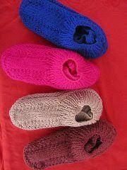 E quem está produzindo os quadradinhos mas não sabe qual receita usar para sapatinhos que completam a meta do Projeto Tecendo por amor , . Baby Booties Knitting Pattern, Knitting Patterns Free, Crochet Patterns, Easy Knitting, Knitting Socks, Crochet Shoes, Knit Crochet, Crochet Chain Stitch, Knit Leg Warmers