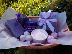 Panier cadeaux en bois de peuplier  29.5 X 19.5 X 9 CM 24,99 € Panier cadeau comprenant :  1 panier oval en bois   29.5 X 19.5 X 9 CM 1 tranche de savon à la lavande 1 sachet de lavande de Provence fait main 1 soufflé de bain 1 boite cadeau de 9 fleurs de savon mauve 1 crème de jour pour la peau à l'encen et à la rose 3 mini bombes de bain rose 3 mini bombes de bain Fruit de la passion