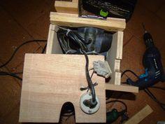 Uma alternativa para melhorar a precisão em trabalho com pequenas peças, inverter a plaina elétrica manual.         Detalhe da fixação da m...