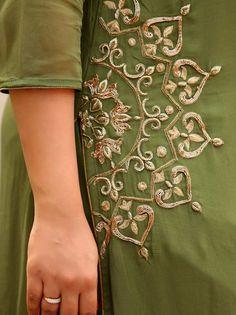 Embroidery Suits Punjabi, Embroidery On Kurtis, Hand Embroidery Dress, Kurti Embroidery Design, Bead Embroidery Patterns, Embroidered Clothes, Embroidery Fashion, Hand Embroidery Designs, Beaded Embroidery