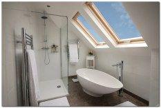 Loft bathroom with velux windows Attic Loft, Loft Room, Attic Rooms, Attic Spaces, Bedroom Loft, Attic Library, Garage Attic, Attic Ladder, Attic Playroom