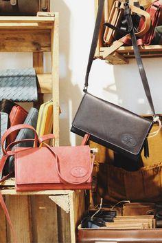 """Die kleine Festivaltasche """"Giselle"""" ist praktisch und überzeugt mit schlichtem Design. Die Handtasche hat die perfekte Größe, um auf Konzerten und in Clubs wild zu feiern und zu tanzen. gustileder + Handtasche + Geldbörse + Leder + Leather"""
