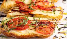 Caprese Garlic Bread Is The Best Summer App Easy Tomato Recipes, Tomato Ideas, Easy Recipes, Vegetable Recipes, Baked Parmesan Tomatoes, Make Garlic Bread, Hot Dog Recipes, Baked Salmon, Italian Recipes