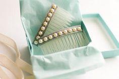 Un accesorio sencillo lo puedes convertir en un regalo para mamá elegante y delicado, como estas peinetas decoradas con perlas.
