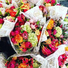 Um bom dia florido com o trabalho incrível do @institutoflorgentil que além de fazer arranjos lindos também recicla todas as flores dos eventos e as encaminha para lares de idosos  Bacana né? Vai conhecer mais sobre esse trabalho na seção #fornecedores do site  #flower #flor #florgentil #sustentabilidade #weddingdecoration #wedding #decoracaodecasamento #yeswedding #institutoflorgentil by yeswedding