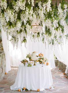 Flores colgantes de la boda: la tendencia floral más audaz para la decoración de la boda | OneFabDay.com