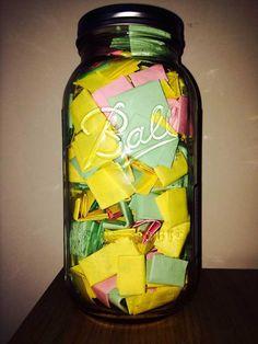 465 notas para leer cada dia del año. Las notas rosas son las razones por las que él la quiere, las amarillas son momentos que han pasado juntos, y las verdes son citas y letras de canciones