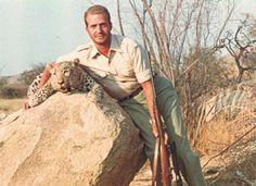 Don Juan Carlos posa con un trofeo cobrado tras una jornada de caza en 1960 en Angola