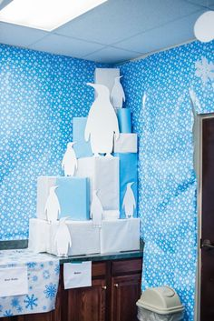 "Everybody loves penguins! But penguins don't live in the Arctic! If you want to include penguins in your decor, consider having a ""South Pole"" area in one location and decorating with penguins in that area! Polo Norte, Polo Sul, Winter Wonderland Wallpaper, Winter Wonderland London, Arctic Decorations, Operation Arctic, Decoration Creche, Winter Wonderland Decorations, Arctic Blast"