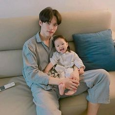 Image shared by ㅇㅅㅇ. Find images and videos about style, boy and korean on We Heart It - the app to get lost in what you love. Cute Asian Babies, Korean Babies, Asian Kids, Cute Babies, Ulzzang Kids, Ulzzang Couple, Cute Family, Family Goals, Dad Baby