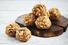 Cette recette démontre parfaitement comment il est possible de faire rimer délice avec simplicité. Les graines de lin moulues et les noix hachées ajoutent de la saveur et de la texture à ces délicieuses gâteries au beurre d'arachide.