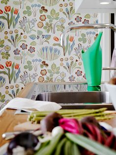 This wallpaper looks like a modern rendition of my grandmother's floral wallpaper (her wallpaper included the Latin names of each flower) Josef Frank, Her Wallpaper, Pattern Wallpaper, Wallpaper Wallpapers, Wallpaper Ideas, Kitchen Wallpaper Design, Kitchen Design, Vintage Style Wallpaper, Swedish Kitchen