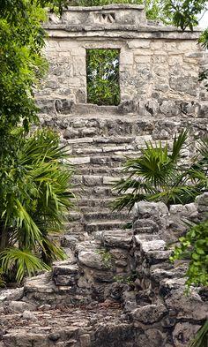 Descubre el legado de la cultura maya en Xcaret.