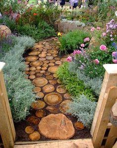 Caminos con troncos de madera: Si cortas un Arbol en tu jardin, puedes reutilizar su madera cortándola para formar un camino como el que se muestra en la imagen.