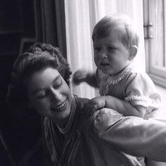 Queen Elizabeth and Prince Charles. Pretty picture for Queen Elizabeth II with Prince Charles when he was a child. Queen Elizabeth Prince Charles, Princess Elizabeth, Elizabeth Young, Prinz Philip, Prinz William, Hm The Queen, Her Majesty The Queen, Lady Diana, Estilo Jackie Kennedy