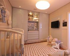 Branco e azul formam uma linda combinação para este quarto de bebê. Deixam o ambiente mais tranquilo e charmoso.  O chão em madeira faz um luxoso contraste.   #rc #quartobebe #altopadrao