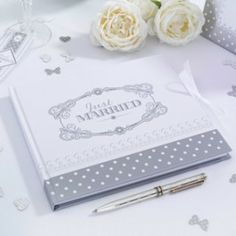 Heel mooi gastenboek voor jullie bruiloft! Het heeft een chique en een vleugje vintage uitstraling. Dat perfect gecombineerd, geeft een romantisch gastenboek waar jullie nog jaren van kunnen genieten! De kaft is stevig en bedrukt met een mooie print in het wit met zilver. Op de voorkant staat de tekst JUST MARRIED. 35 blanco pagina'sAfmeting: 22cm x 19cm Je kan het gastenboek sluiten door dicht te knopen met een mooi lint.