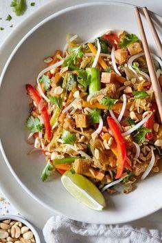 Spaghetti Squash Pad Thai — Evergreen Kitchen Spaghetti Squash Pad Thai // Natural Girl Modern World // Vegan & Gluten Free Vegan Spaghetti Squash, Courge Spaghetti, Pad Thai Spaghetti Squash, Vegetarian Spaghetti Squash Recipes, Vegan Pad Thai, Healthy Pad Thai, Vegetarian Pad Thai, Tasty Thai, Vegetarian Recipes
