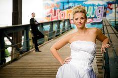 Brautpaar auseinander stehend auf einer Brücke. #afterweddingshooting