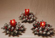 3 bougies à flamme oscillante et 3 couronnes pour une jolie déco ! Bougie Led, Christmas Wreaths, Christmas Tree, Decoration Table, Holiday Decor, Home Decor, Christmas Tabletop, Crowns, Candles
