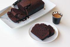 Cake σοκολάτας εύκολο, γρήγορο, αφράτο και πολύ νόστιμο. Φτιάξτε το πιο ζουμερό κα υγιεινό κέικ σοκολάτας!